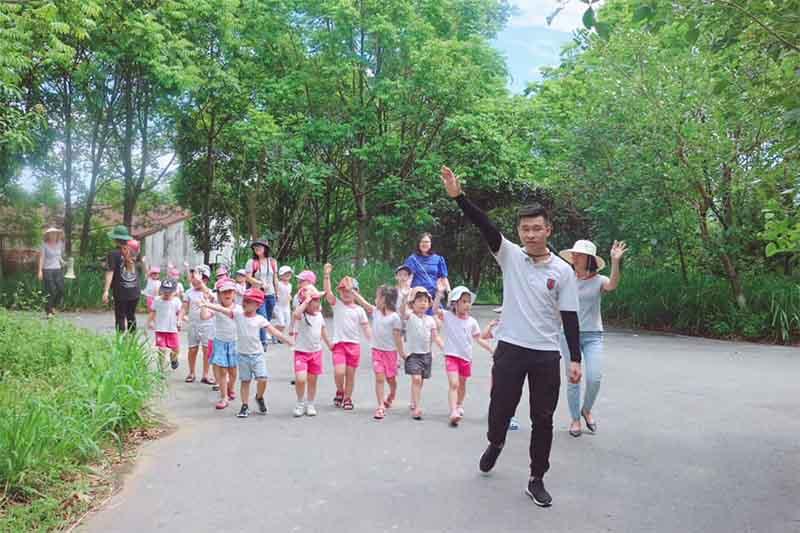 Trẻ thường xuyên tiếp xúc với thiên nhiên mang lại những lợi ích gì?